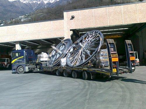 camion che trasporta attrezzature e ricambi per gru