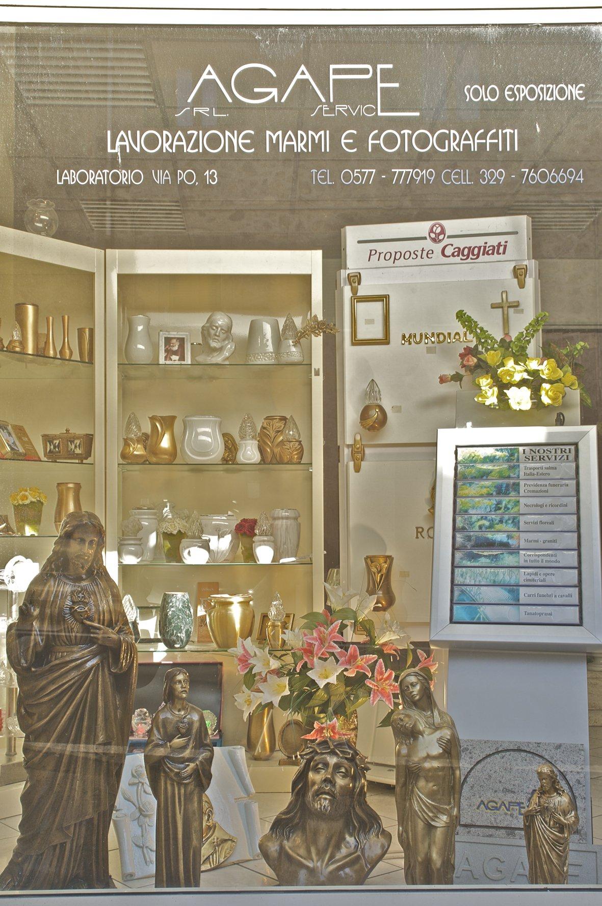 vetrina espositiva di Onoranze Funebri Agape