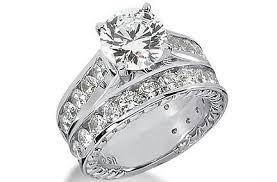 Anello circondato di diamanti con diamante più grande al centro