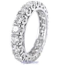 Anello circondato di diamanti
