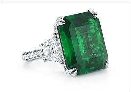 Anello con smeraldo quadrato