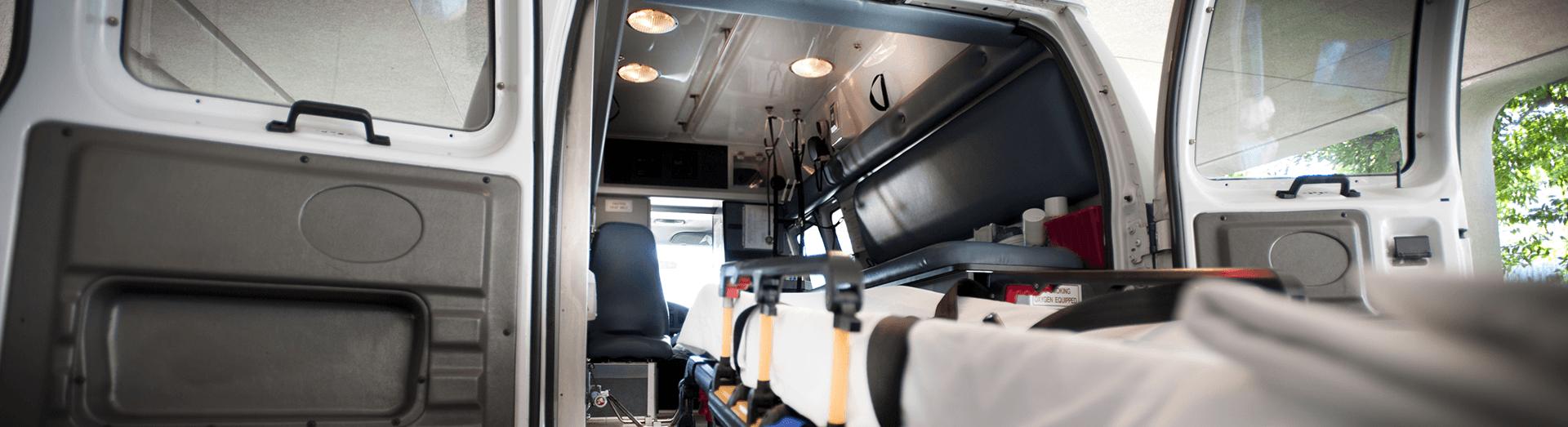 una barella che entra in un ambulanza