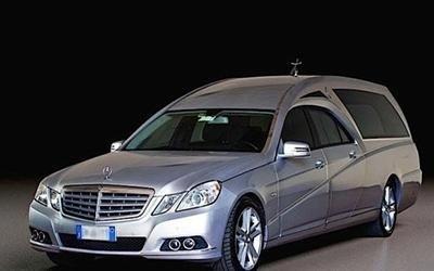 un carro funebre grigio