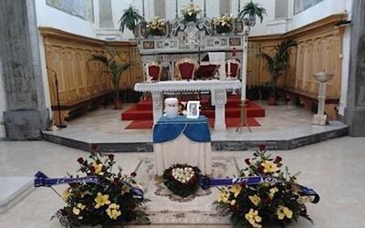 altare di una chiesa durante un funerale