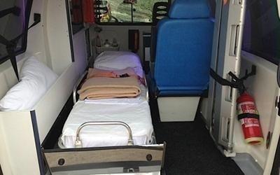 una barella dentro ad un'ambulanza