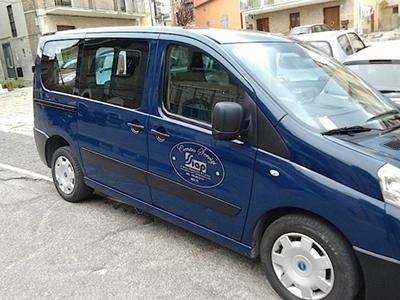 un furgone blu visto di lato
