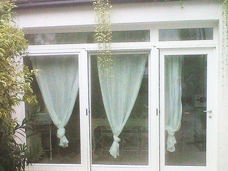 delle finestre con le tende