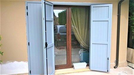 una porta in legno azzurro aperta