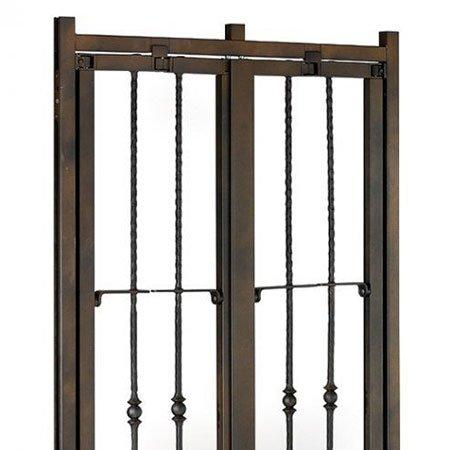una finestra con una griglia in ferro