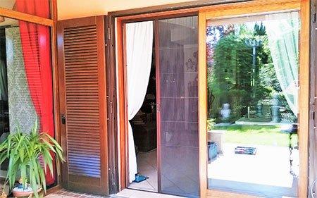 una porta finestra scorrevole in legno