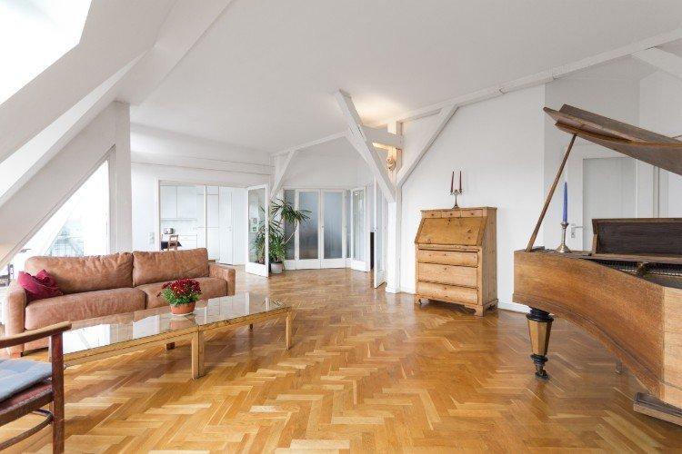 salotto con parquet e mobili in legno
