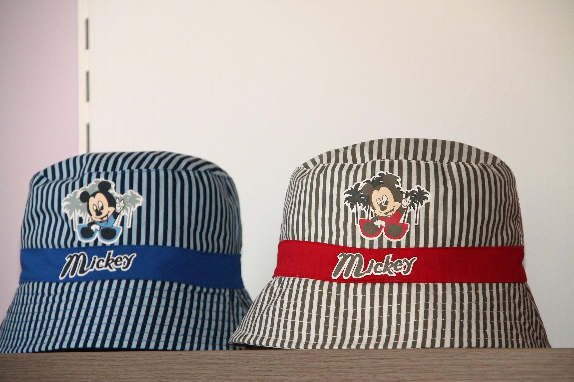 due cappelli Mickey Mouse con fasce blu e rossa