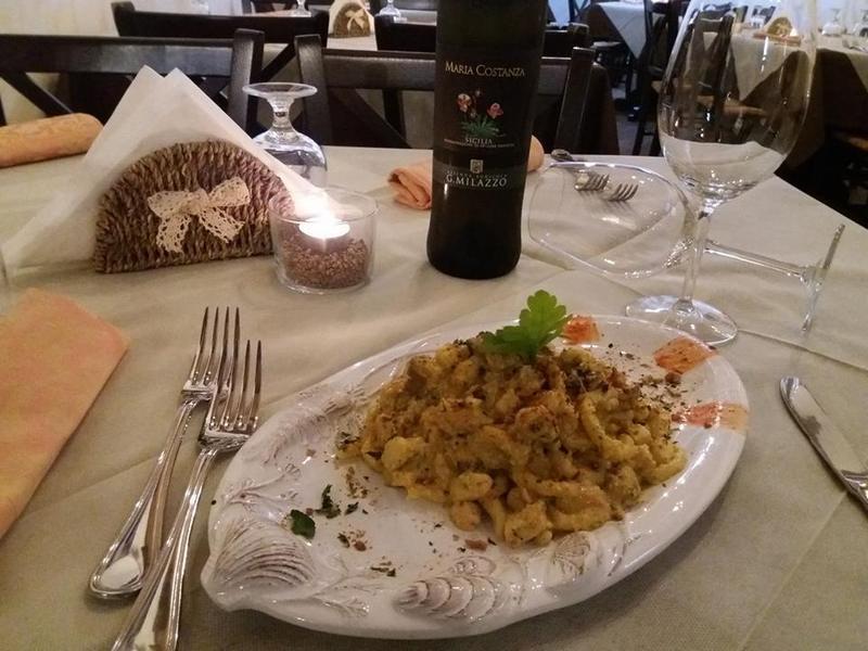 piatto di gnocchi con viso sulla tavola