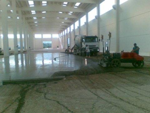 Gettata di cemento per pavimento industriale