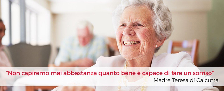 donna anziana felice
