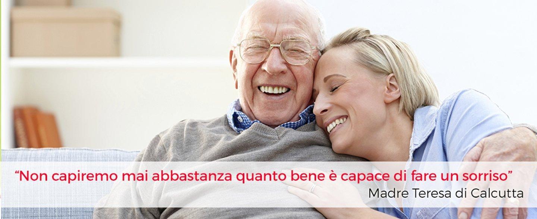 due persone felici che si abbracciano