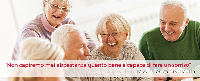 clima gioioso tra persone anziane