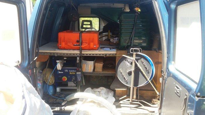 Bagagliaio del furgone aziendale con macchinari per lo spurgo