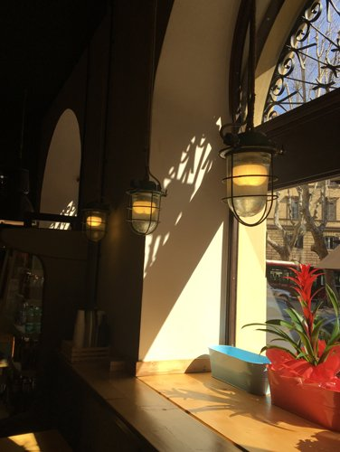 lampade appese vicino alla vetrina