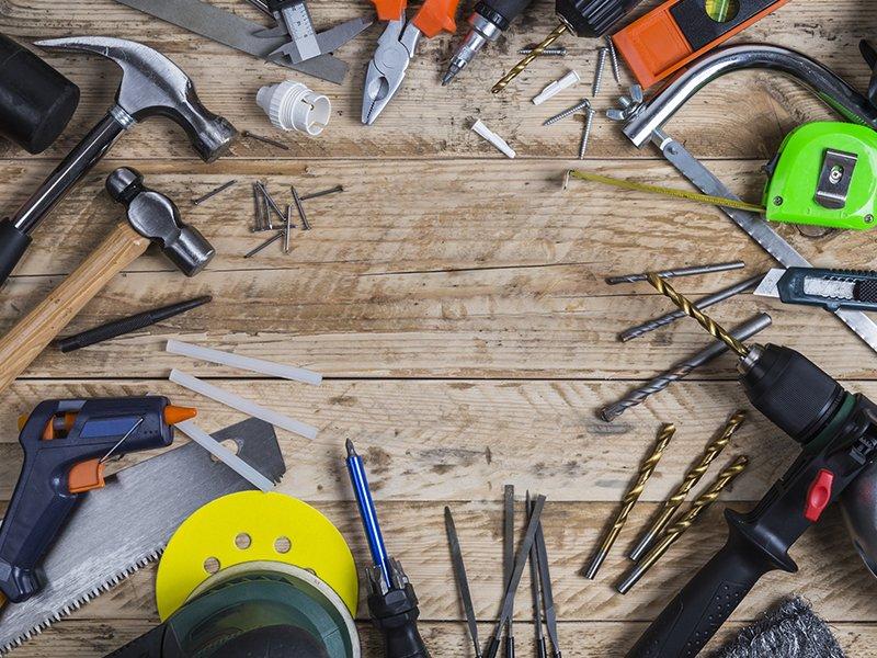 degli attrezzi e utensili su n tavolo di legno