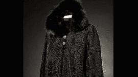 Pelliccia nera con cappuccio