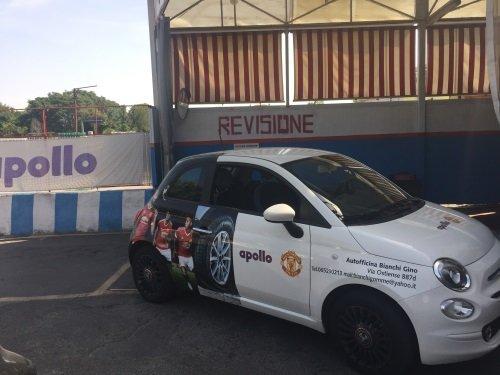 Auto della ditta munito di pneumatici sportivi e la pubblicità di una squadra di  Calcio