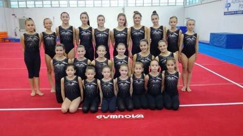 Il team di ginnaste, bambine più piccole e teenager