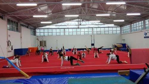 Esercizi di ginnastica artistica sul tappeto