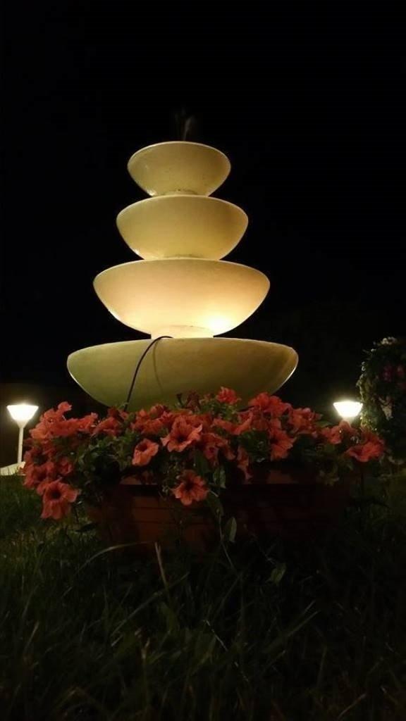 una fontana in un giardino
