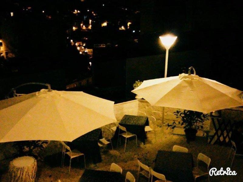 degli ombrelloni e sotto delle sedie