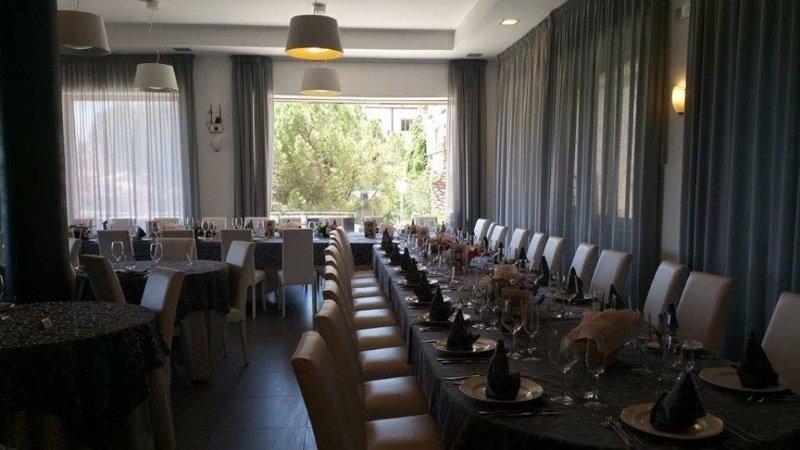una tavolata nel ristorante