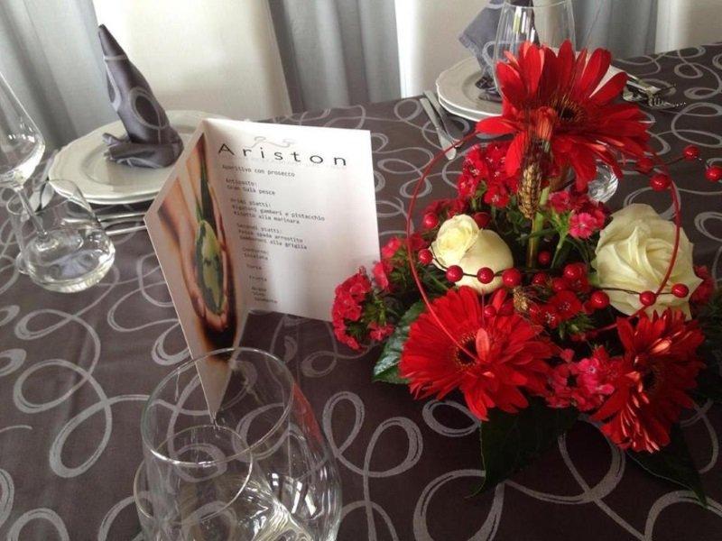 dei fiori rossi su un tavolo