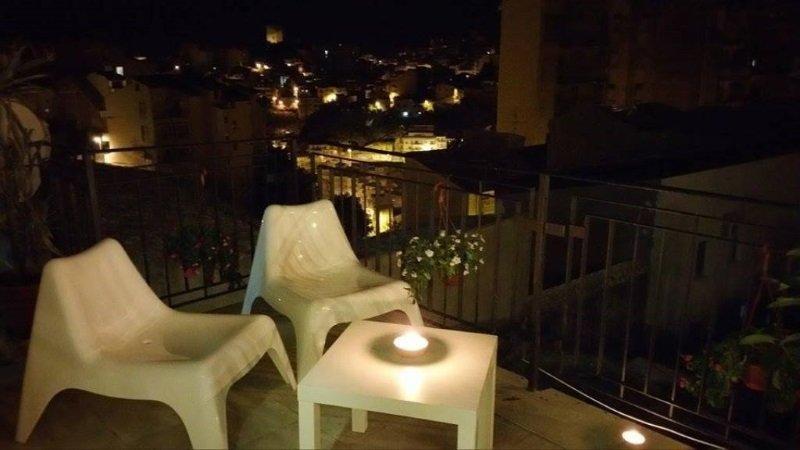 due sedie di plastica e un tavolino con sopra un lumino