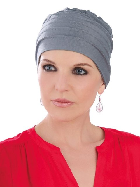 una donna con un foulard grigio in testa