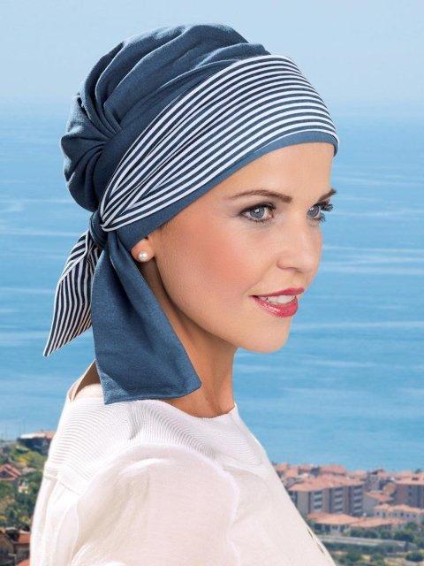 una donna con un foulard a righe azzurre e bianche