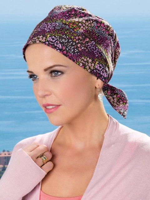 una donna con un foulard viola e altri colori