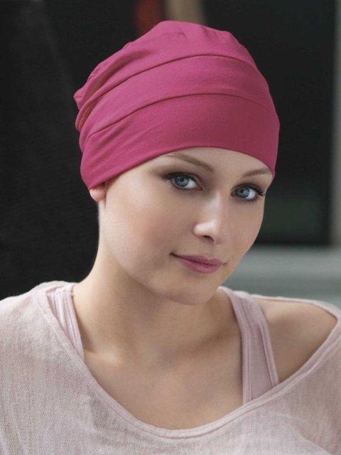 una donna con un foulard rosa
