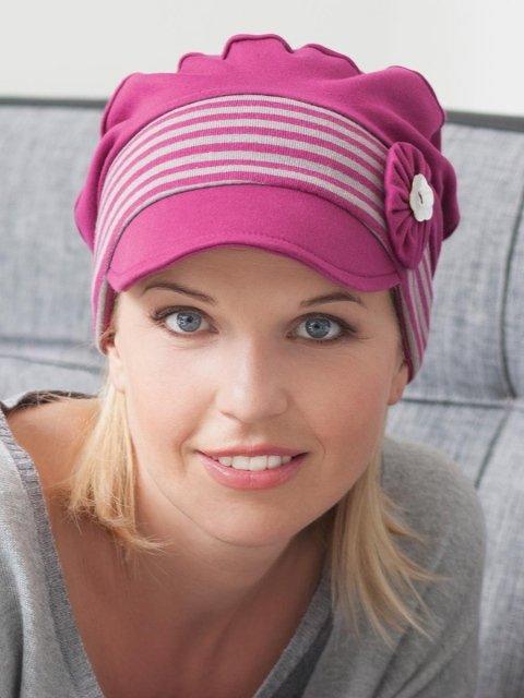 una ragazza con un cappellino viola a righe bianche