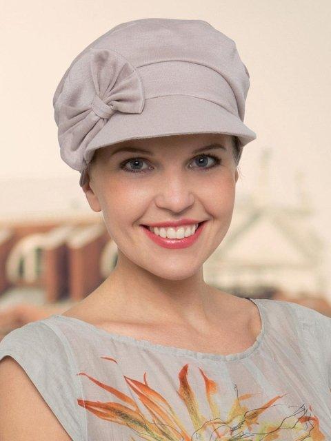 una ragazza con un cappellino color rosa grigio