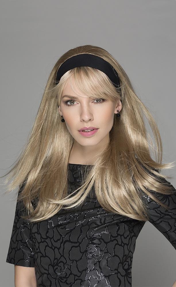una ragazza con un cerchietto nero e capelli lunghi biondi