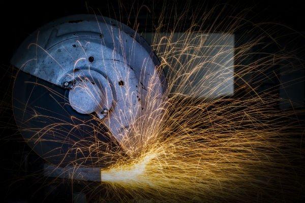utensile taglia un materiale e provoca scintille
