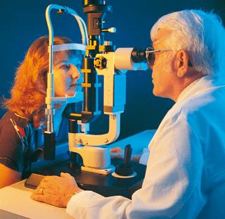 oculista pratica un esame oculare