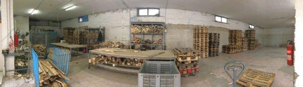 dei pallet e della legna in un deposito
