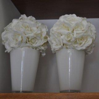 Vasi con fiori bianchi