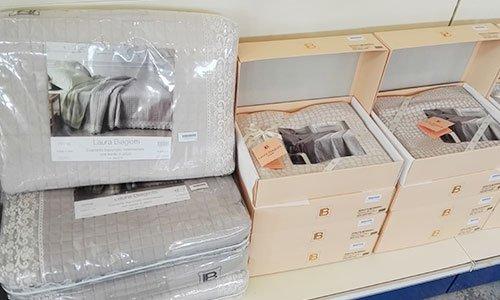 scatole con biancheria per camera da letto