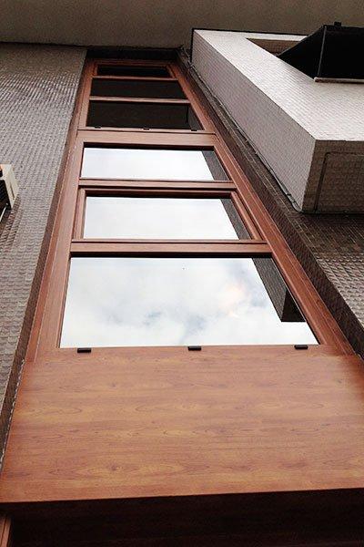 dei vetri con delle finiture in legno