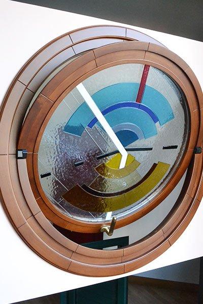 un vetro rotondo a colori con finiture in legno