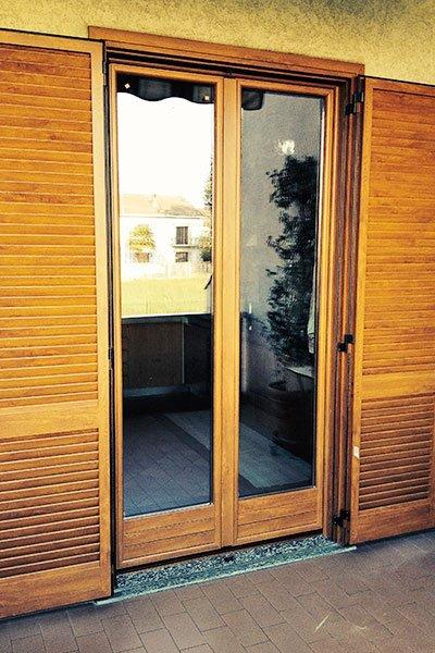 una finestra con delle persiane in legno