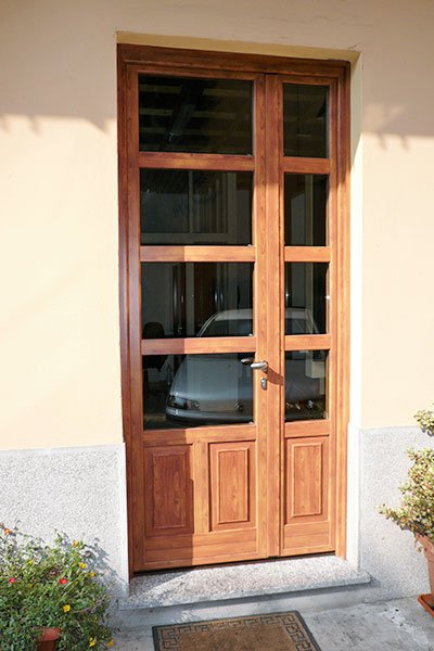 una porta in legno con dei vetri al centro
