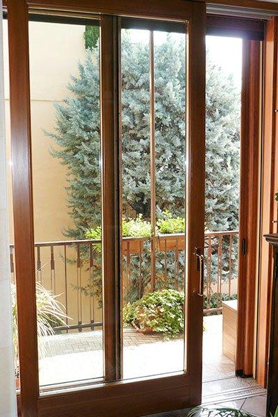 una finestra in legno e vista del balcone all'esterno